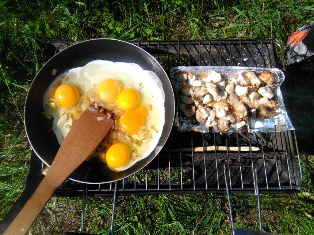Blog o zdrowym żywieniu - Zdrowepasje. Jajecznica z dodatkiem kurczaka z grilla.
